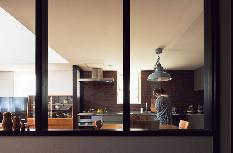 玄関とダイニングの仕切り壁にガラスを入れ、広がりのある空間に