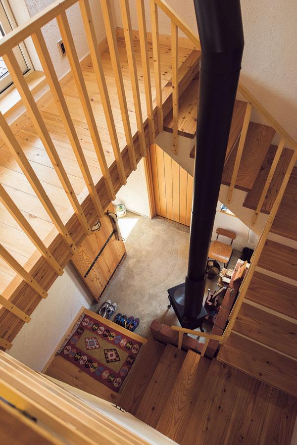 玄関から入ってすぐの土間に薪ストーブを置き、料理にも利用。暖かい空気は階段を介して2階へも