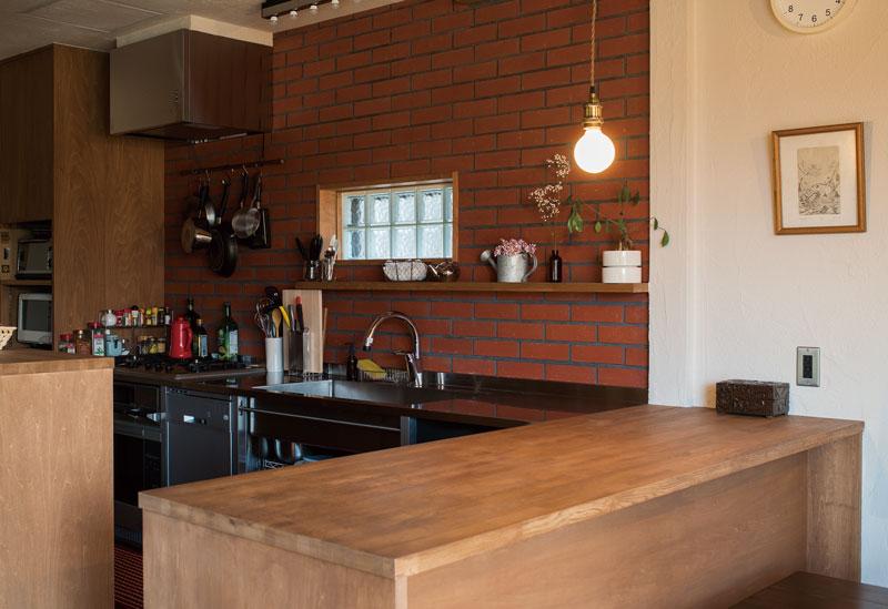 レンガとガラスブロックの組み合わせがカフェのようなキッチン