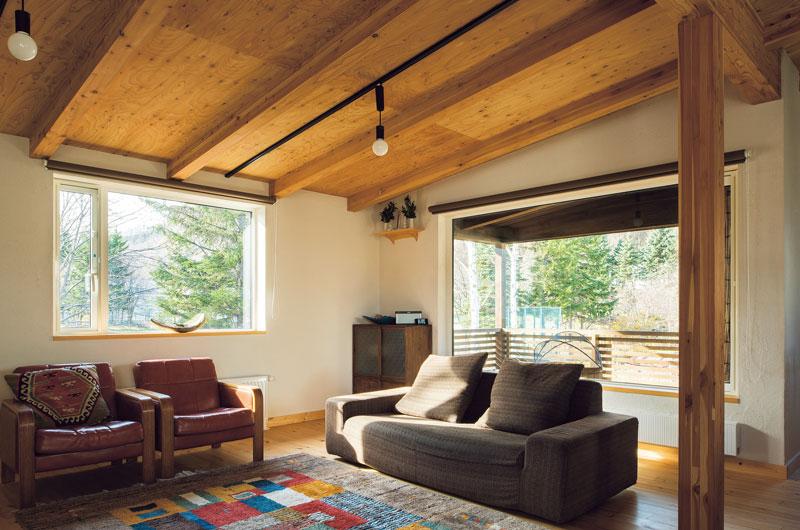 山や周囲の景観を楽しむ2階リビング。勾配屋根の構造を現しにして、空間的な広がりとコストダウンを一挙両得