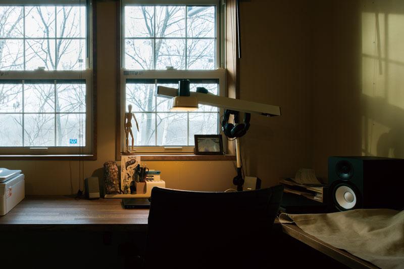 2階にあるご主人の書斎は、格子窓に。窓の外の光景も相まって、ストーリー性のある空間に。施主の希望に柔軟に対応するのが、大元工務店のスタイル