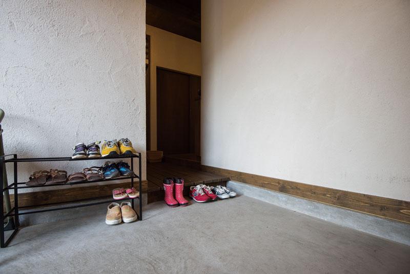 土間が広い玄関は、収納のスペースを別途設けている。室内はどんな雰囲気なんだろうとワクワク感を誘う