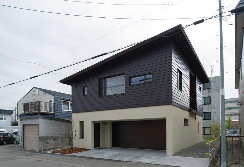 ガルバリウム鋼板とコンクリートという異なる素材の組み合わせと、色の強弱が印象的な外観