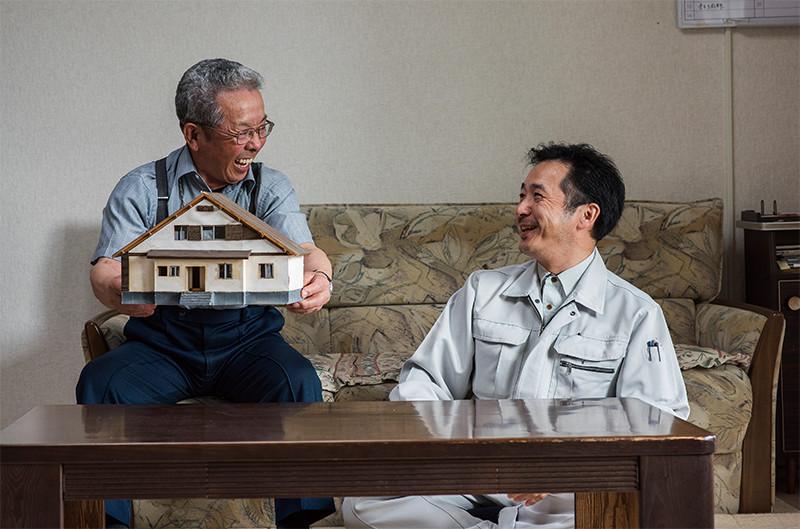 家の模型を手に談笑、懐かしい思い出に話がはずむ。「模型はすごく大切そうにしていたので、とっておいたんです」と父・光弘さん
