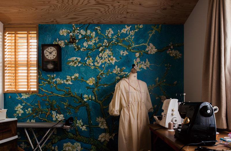 洋裁をしている奥さんの希望で設けた仕事部屋。ゴッホの絵をモチーフにした壁紙や照明、古時計でコーディネートされた空間に、奥さんの美意識が感じられる