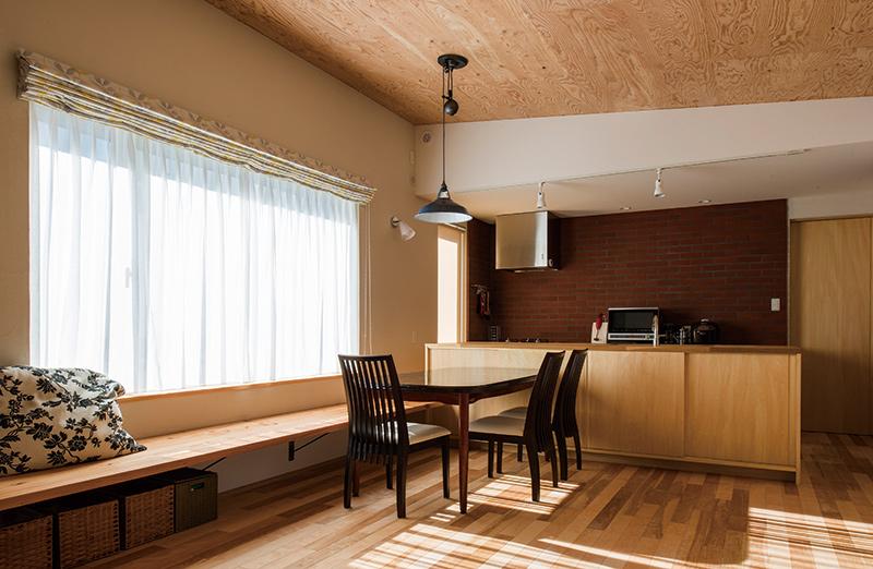 カバの無垢床、カラマツのベンチ、シナやナラを用いた造作でしつらえたLDKは、ご夫妻が望んだ「木の家」の象徴的空間