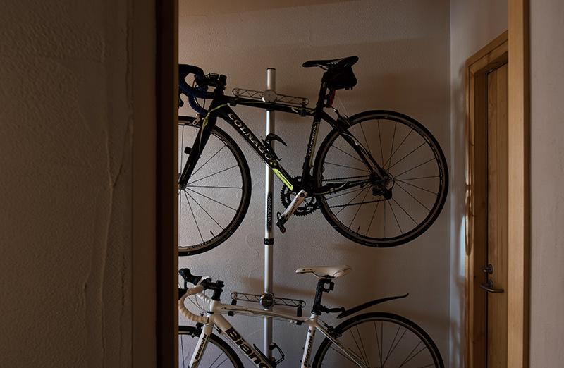 玄関土間には、夫婦の趣味である自転車を飾りながら収納。休日に親子でのんびり自転車を走らせるのが、これからの楽しみ