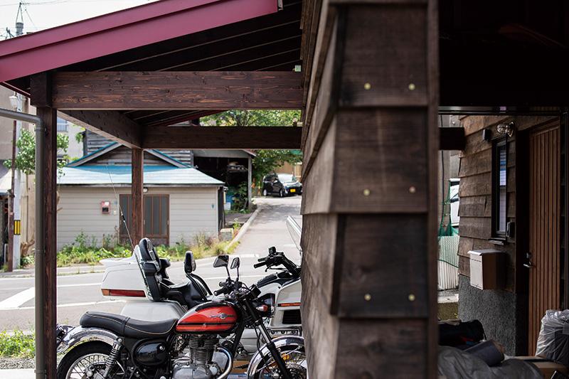 玄関ポーチの隣には2方向からアクセスできる物置兼バイクガレージが組み込まれ、オフシーズン対策も万全