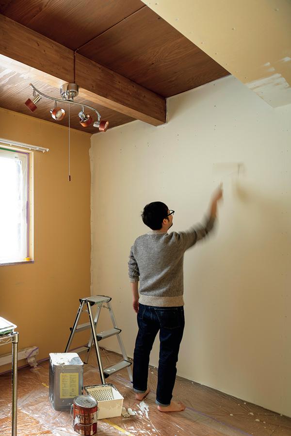 1階の子ども部屋の壁も、休日を利用してKさん自らペンキを塗っている。天井に跳ねたペンキもまたいい思い出に