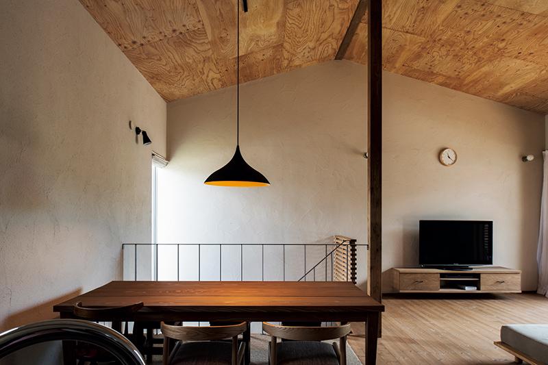 「天井高を可能な限り高く」という希望を受け、大元社長は三角屋根を提案。カラマツの針葉樹合板で仕上げた屋根なり天井が、リビング・ダイニングに温かみと広がり感を与えている