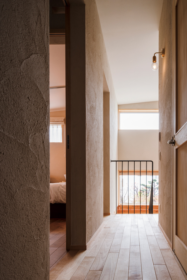 多彩な素材づかいが心地よい廊下を、ハイサイドライトからこぼれる外光が明るく照らす