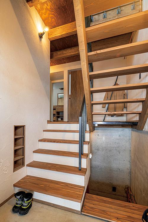 4層のフロアを結ぶ階段が、家族の気配を家全体に運ぶ。「一部がスケルトン階段なので、玄関に立ったときに圧迫感がなくて気持ちがいい」とSさん