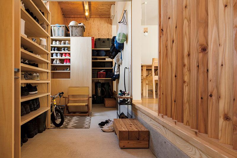 大容量の収納棚を造作した玄関土間。近々新たにベンチを購入して、この一角にHさんのくつろぎコーナーを設ける予定