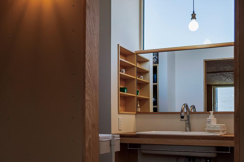 鏡の大きさや収納、水栓金具など隅々までこだわった造作洗面台は「気持ちがふっとほぐれる」という奥さんの癒やしの場